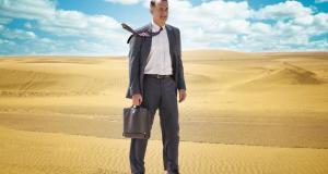 """Tom Hanks steht in """"Ein Hologramm für den König"""" in der Wüste"""