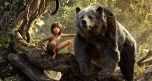Mogli und sein gemütlicher Bärenfreund Balu (mit der Originalstimme von Bill Murray)