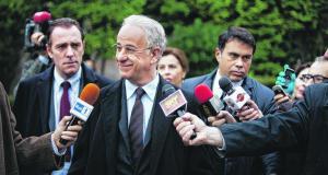 """Toni Servillo (Mitte) in """"Viva la Libertá"""" als angeblich Verrückter, der erfolgreich seinen Bruder als Politiker vertritt."""